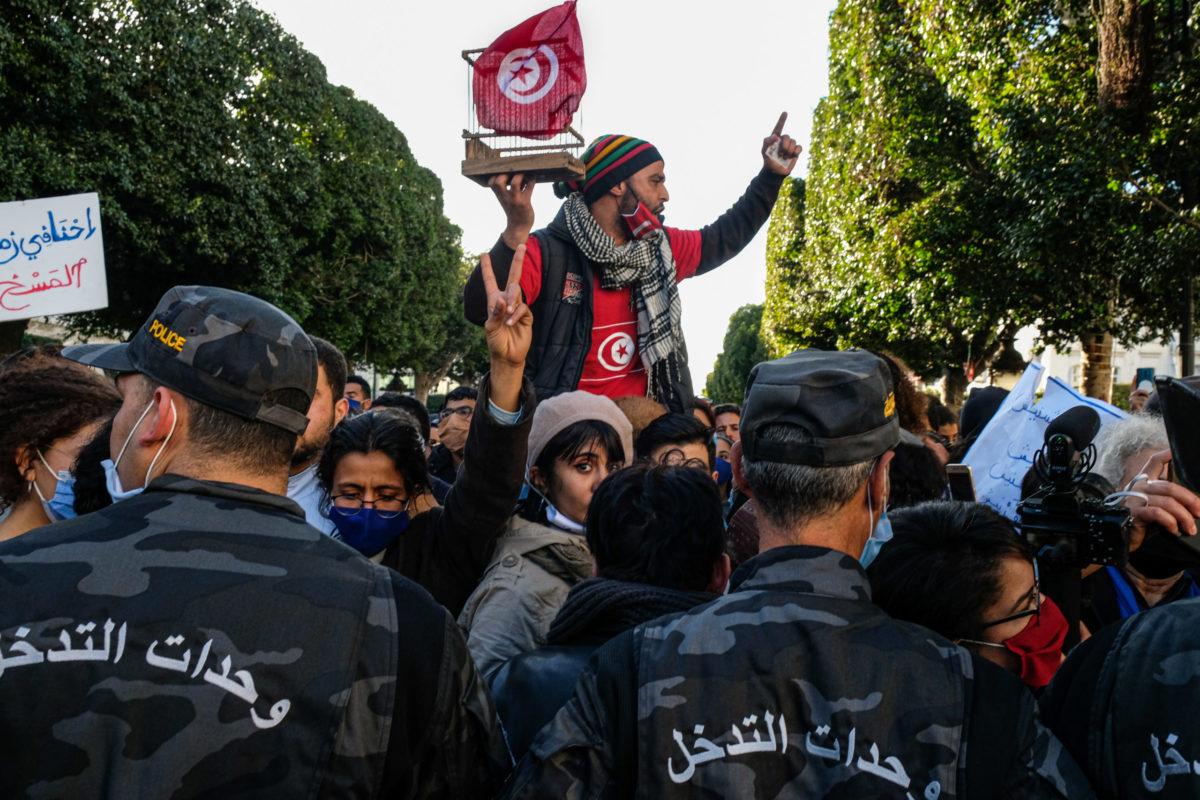 """الشاب """"وديع""""، يرفع نفس القفص الذي رفعه يوم 14 جانفي 2011، تصوير أحمد نور الدين، 19 جانفي 2021، تونس"""